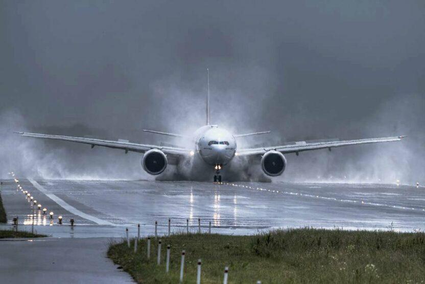 Правила безопасности при экстренных ситуациях на борту самолета