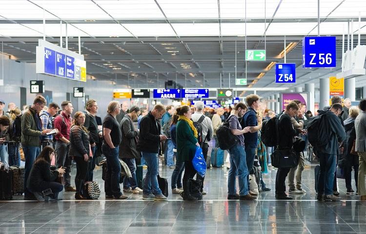 Регистрационная процедура на самолет Алроса в авиагавани