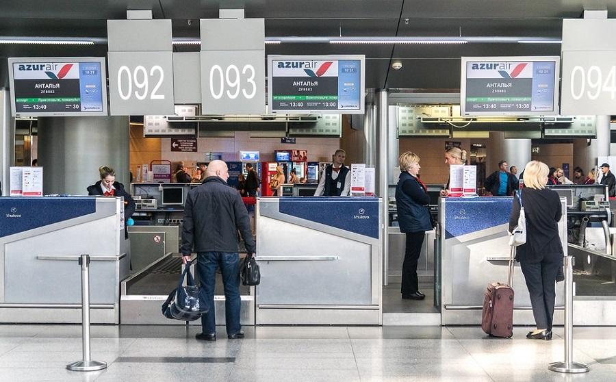Регистрация на рейс Azur air у стойки в аэропорту
