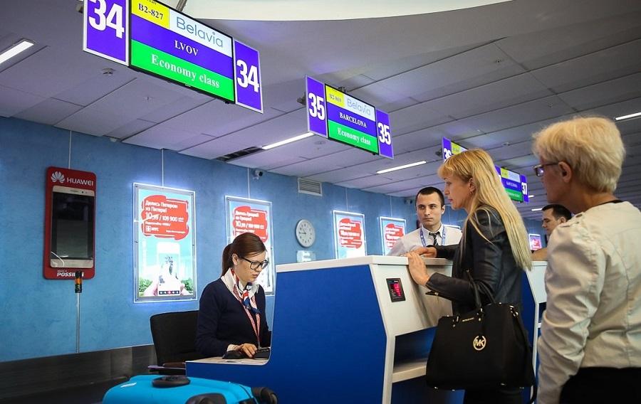 Регистрация на самолет Белавиа у стойки в аэропорту