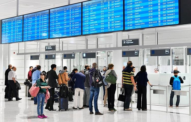 Очередь у стойки регистрации на самолет ИрАэро