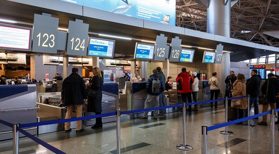 Регистрация на самолет Победы у стойки в аэропорту