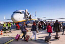 Перелет без прививки от коронавируса: пускают ли на борт, продают ли авиабилеты